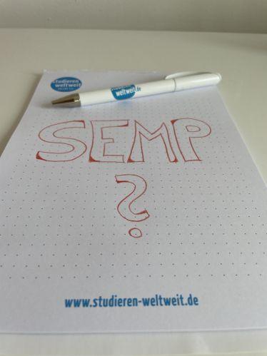 Ein Block Papier, darauf geschrieben die Buchstaben SEMP
