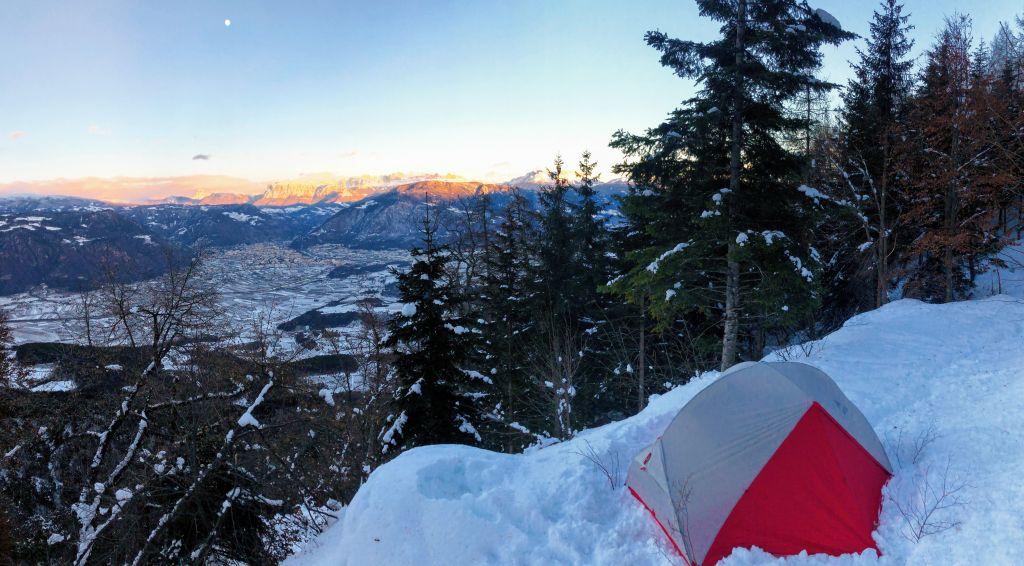 Zelt mit Panorma auf die Alpen