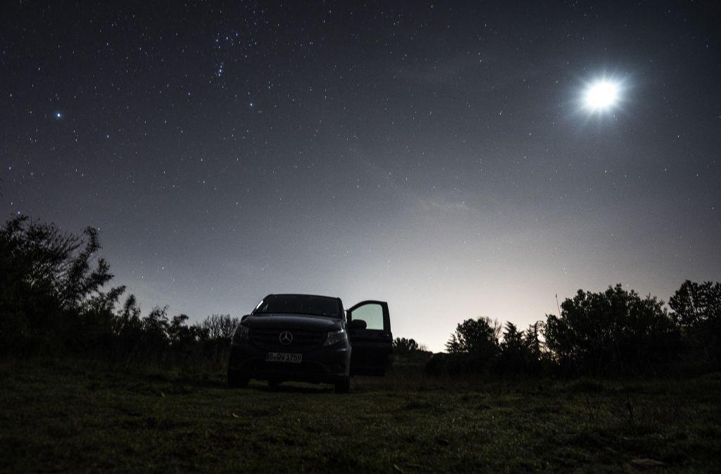 Bus unter Sternen