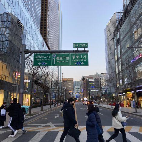 Straßenkreuzung mit Menschen, die gerade überqueren