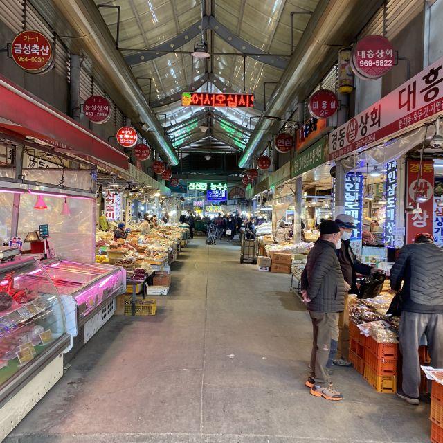 Eine Markthalle mit Essen