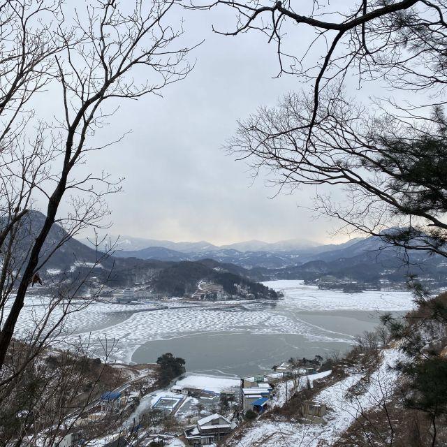Aussicht auf Berge und Fluss