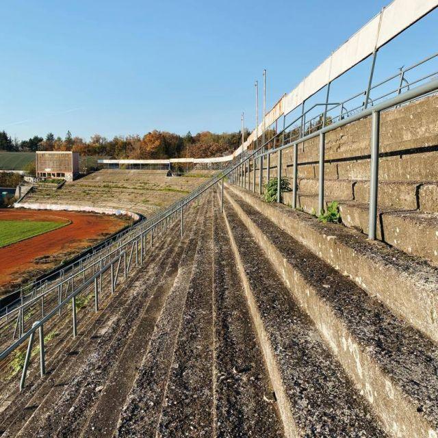 Foto von einem alten Stadion mit Rängen aus Stein