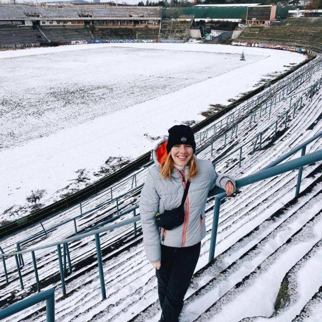 Foto einer Person in einem verlassen Stadion, das von Schnee überdeckt ist