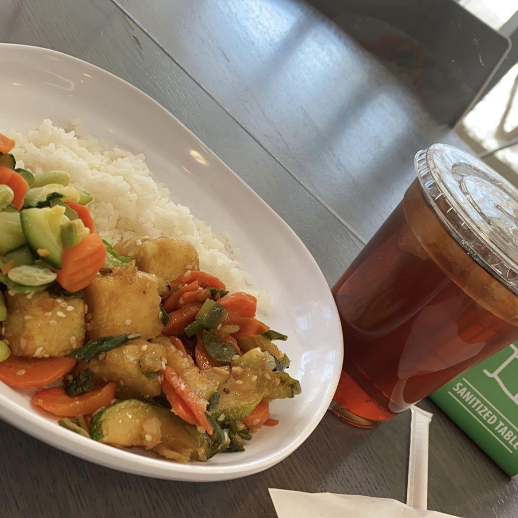 Essen in der Mensa HWS