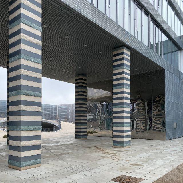 gestreifte Säulen mit Spiegelwand