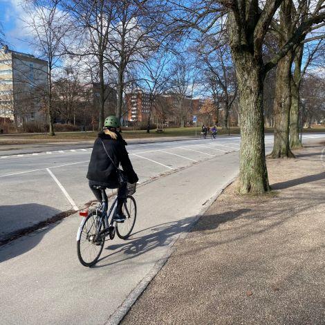 Sarah auf dem Fahrrad von hinten
