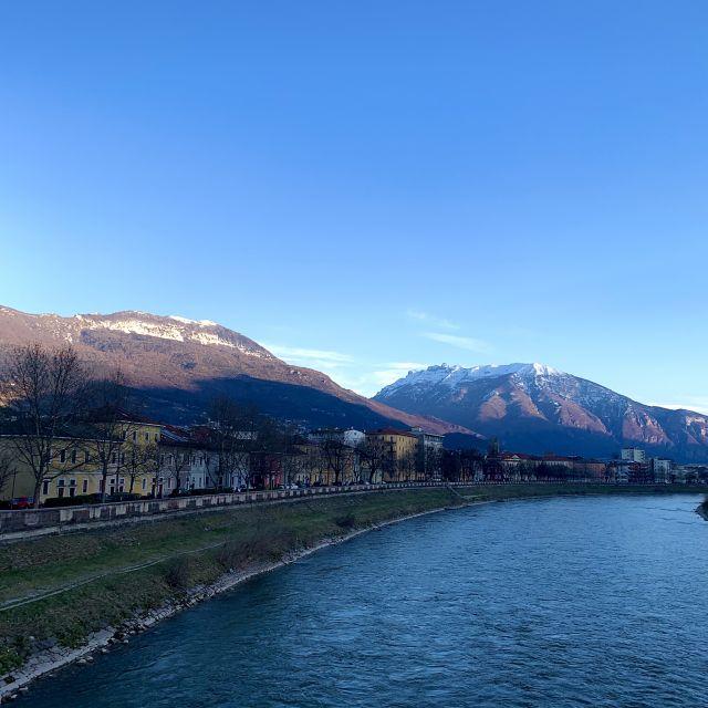 Häuser in den Alpen am Fluss