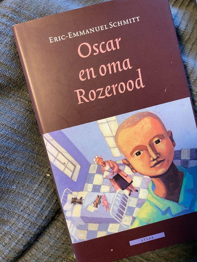 Man sieht ein niederländisches Kinderbuch. Es trägt den Titeö: Oscar en Oma Rozerood.