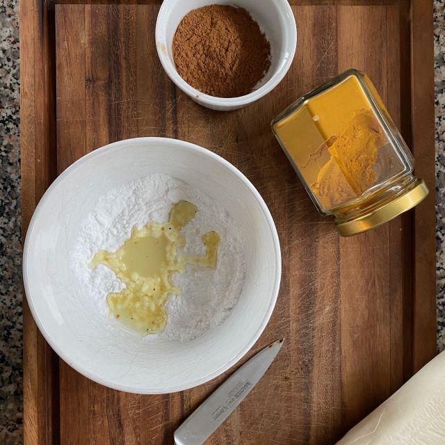 In einer Schüssel wird die Speisestärke mit etwas Hafermilch glatt gerührt.