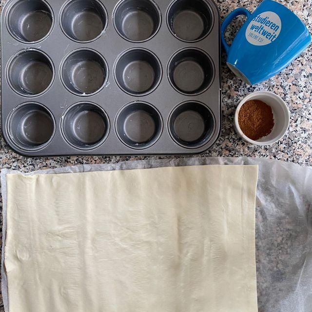 Die Muffinform und der Blätterteig liegen bereit.