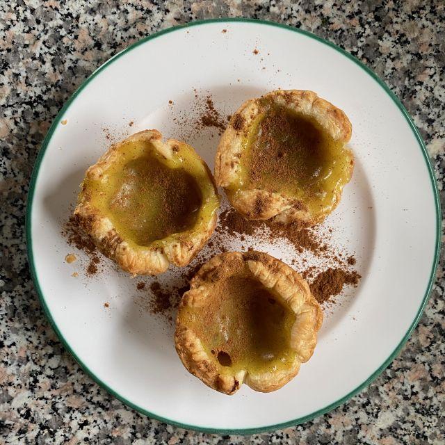 Die fertigen Pastéis de Nata auf dem Teller angerichtet.