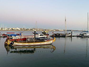 """Einige Schiffe liegen am Hafen, auf dem Fluss """"Rio Arade"""""""