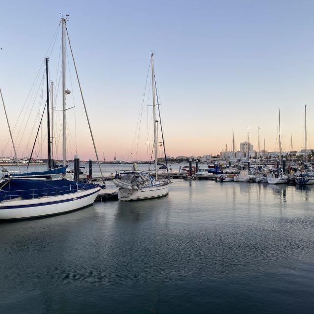 Ruhig liegen die Segelschiffe im Hafen.