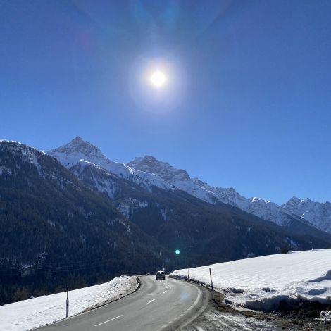 Bergpanorama im Kanton Graubünden, dazu strahlender Sonnenschein