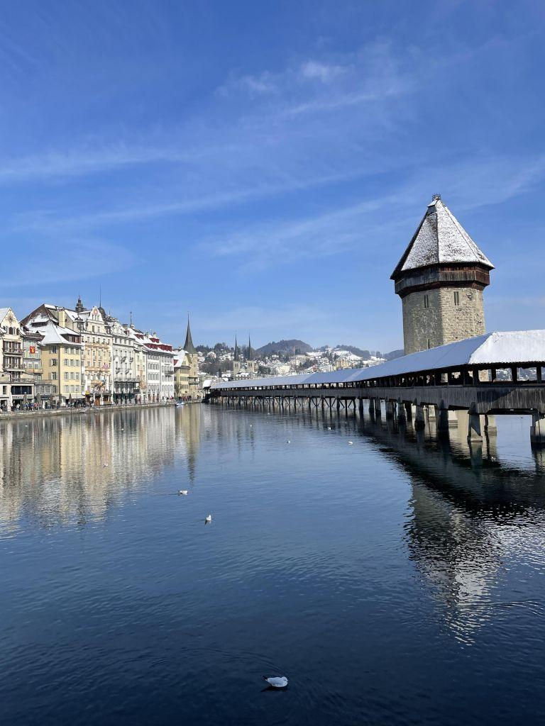 rechts im Bild die luzerner Kapellbrücke, im Hintergrund am Wasser die Skyline