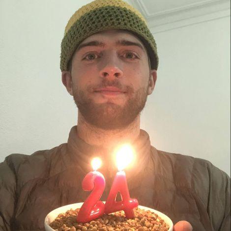 Yannic mit Kerzen