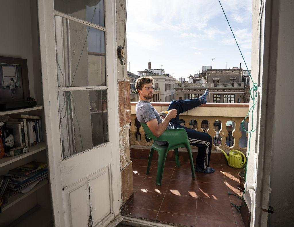 Yannic auf Balkon