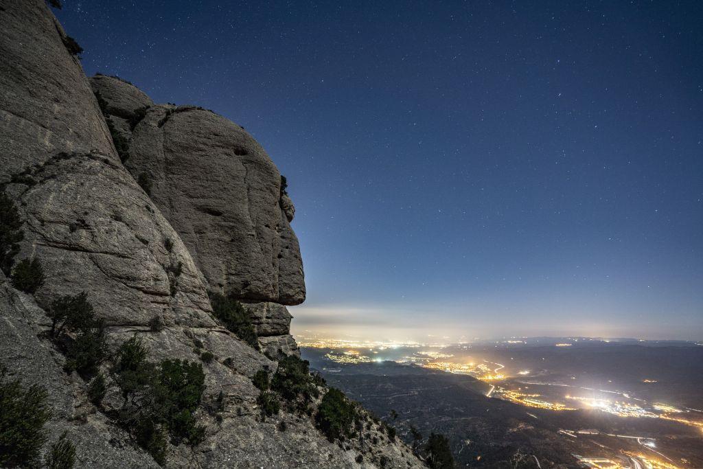 Blick auf Nachtlichter mit Bergen.