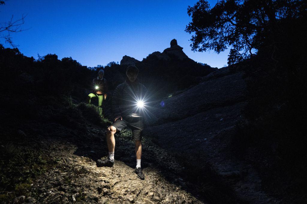 Wanderer im Dunkeln mit LAmpe