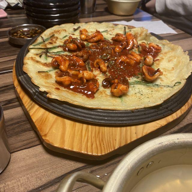 koreanischer Pfannkuchen mit Lauch und Meeresfrüchten