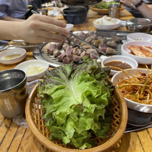 Fleisch wird direkt gegrillt und mit Gemüse serviert