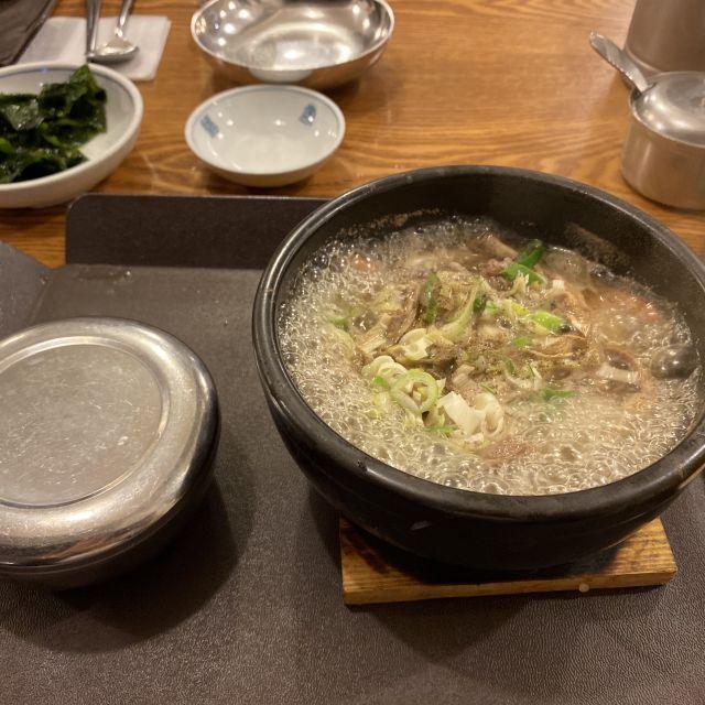 Eingelegtes Fleisch in einem Eintopf und mit Reis als Nebenspeise