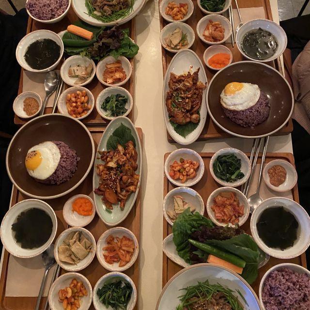Ein Essenstisch im Restaurant mit sehr vielen befüllten Tellern