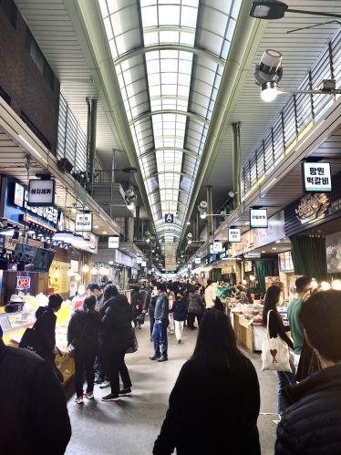 Wochenmarkt mit vielen Menschen