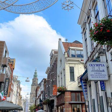 Hier sieht man einigie Häuser in Groningen und einen Turm im Hintergrund.
