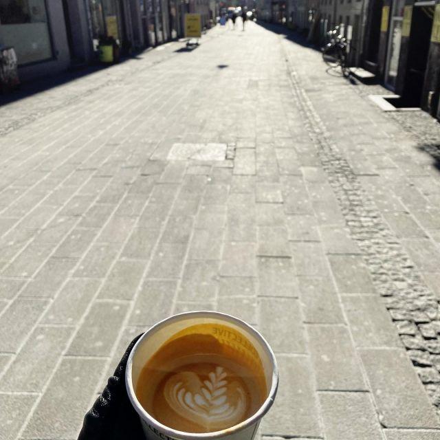 Kaffee in der Hand