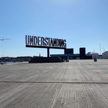 Schild mit der Aufschrift: Understanding