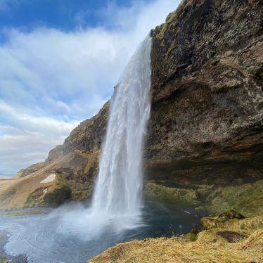 Nur einer der unzähligen Wasserfälle in Island.…