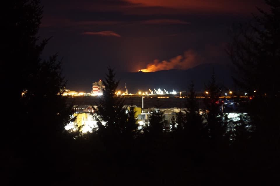 Bei gutem Wetter sieht man den Vulkan auch von Reykjavik aus. Er ist nur etwa…