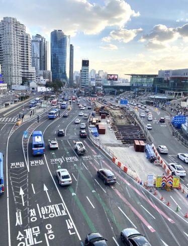 Der Ausblick auf Seoul Station, einer der zentralen Verkehrsknotenpunkte in…