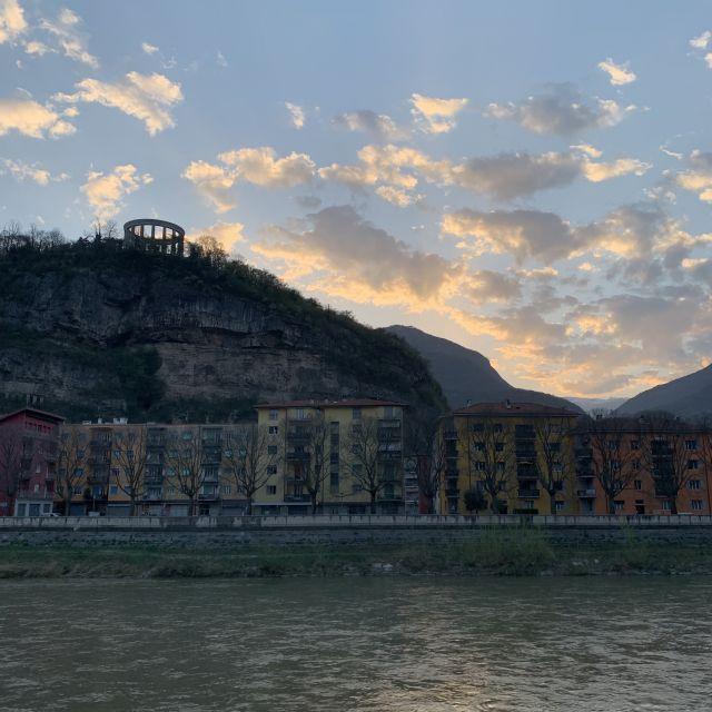 Fluss Adige mit bunten Häusern bei Sonnenuntergang