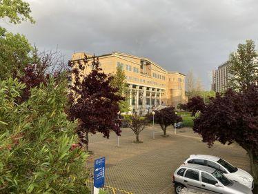 Ein Uni Gebäude wird von der Sonne beleuchtet.