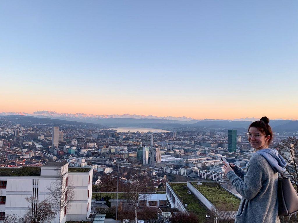 Im Vordergrund die Stadt Zürich, im Hintergrund der Zürichsee und ein Sonnenuntergang