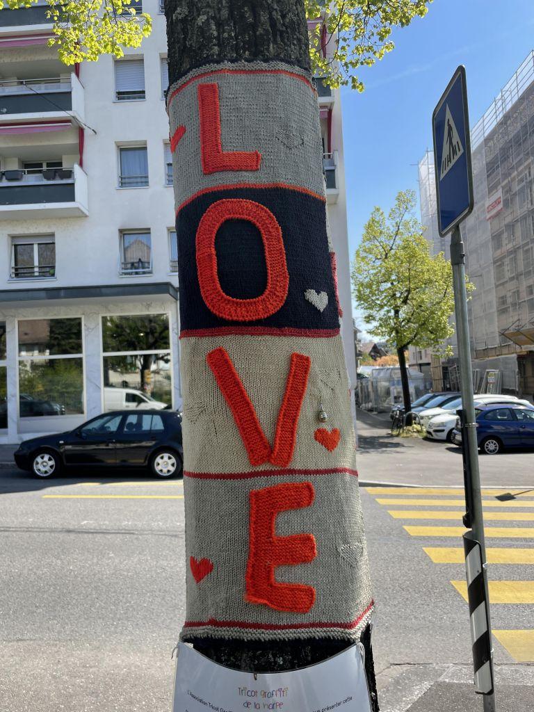 umhäkelter Baum in Lausanne