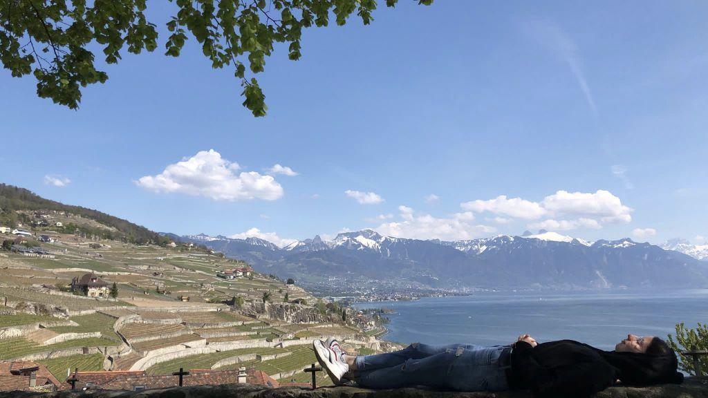 Im Hintergrund Weinberge, Berge und der Genfersee, ich mache im Vordergrund ein Nickerchen