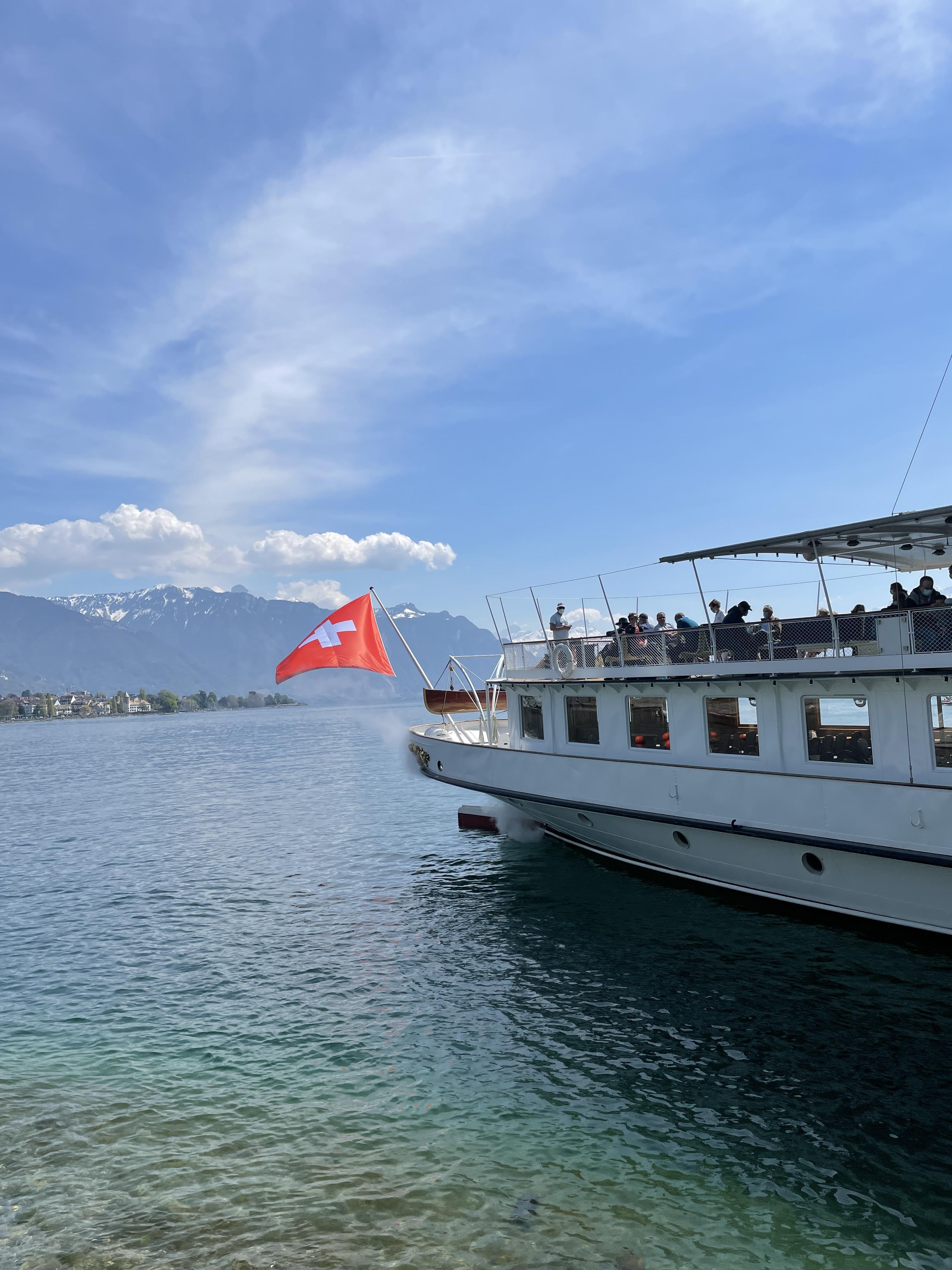 ein Boot mit schweizer Flagge