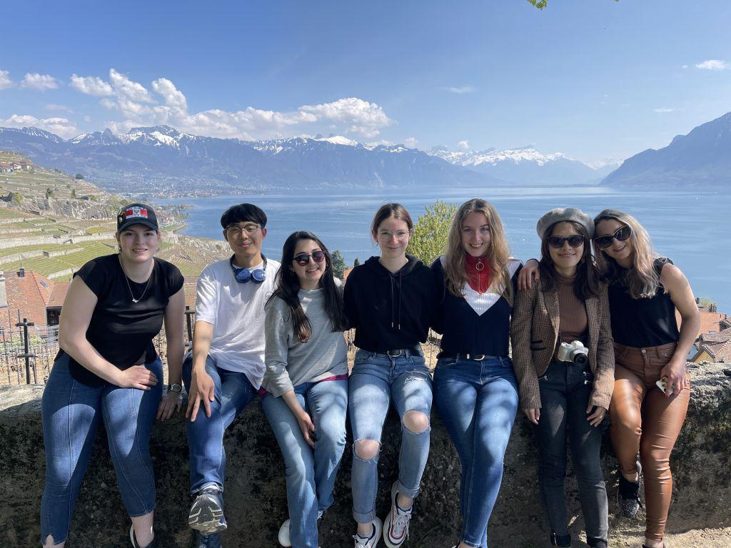 Studenten aus aller Welt sitzen zusammen