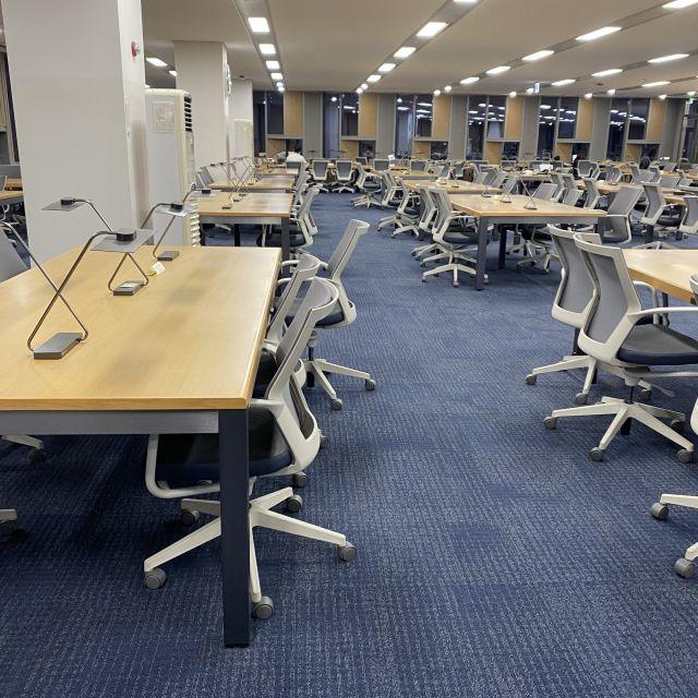 Leerer Raum in einer Bibliothek