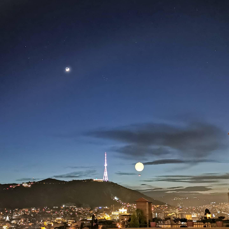 Am Abend wird es besonders schön in Tbilisi 🌠Mit dem beleuchteten Ballon…