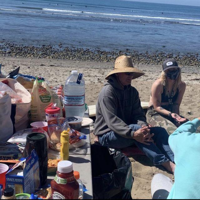 Menschen die zusammen sitzen. Picknick am Beacg