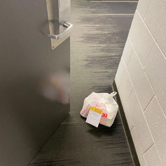 Essen vor der Tür abgestellt..