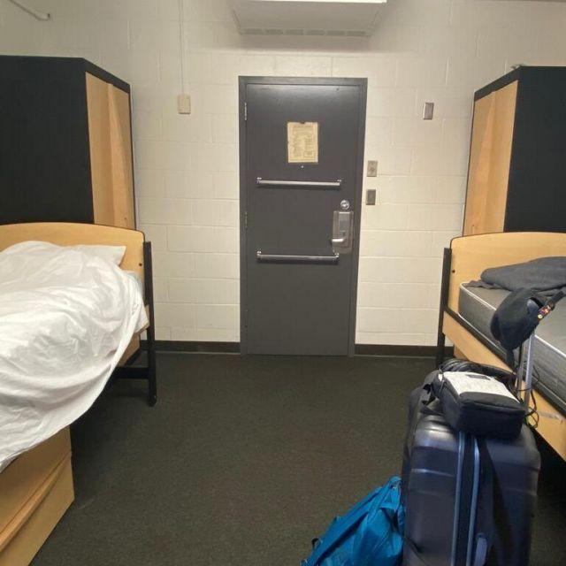 Zimmer mit Stahl-Tür