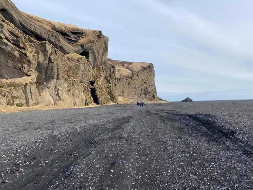 In Island sind fast alle Strände schwarz. Der Sand ist magmatischen Ursprungs.…