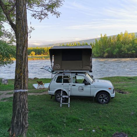 Auto mit Dachzelt am Fluss