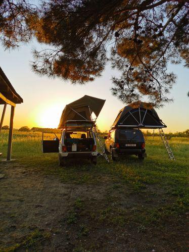 Autos mit Dachzelt, Sonnenuntergang